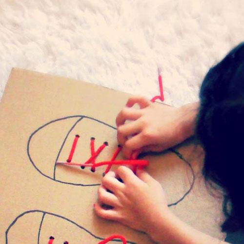 come insegnare ai bambini ad allacciare le scarpe
